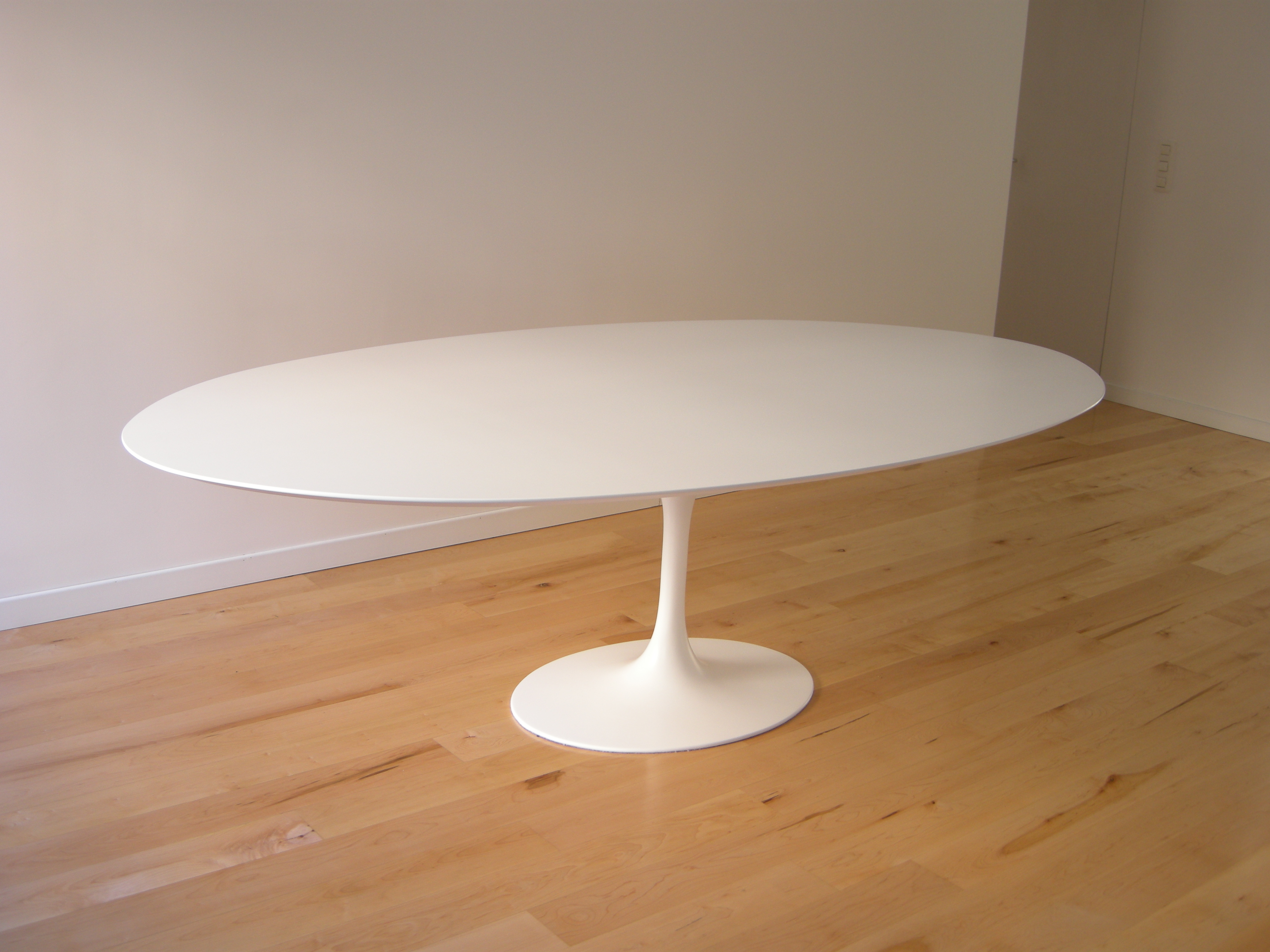 Eero Saarinen - Tavolo Tulip, ovale, con piano in MDF bianco o nero