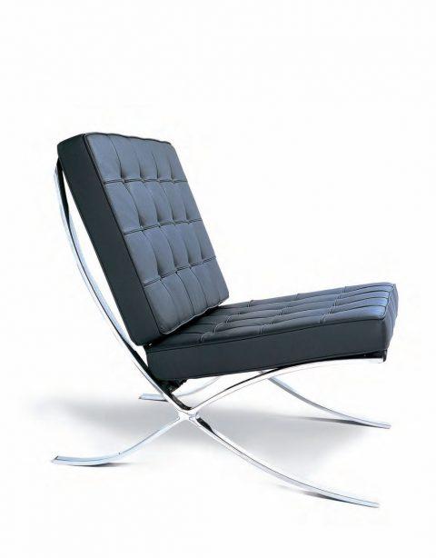 In offerta da Less is more design, riedizione della poltrona Barcelona in pelle comfort nera.