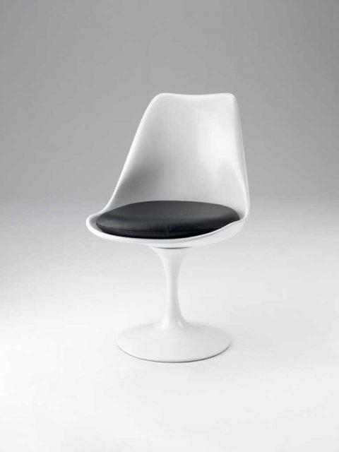 La sedia Tulip è un must, un elegante mix di rigore costruttivo e forme morbide.