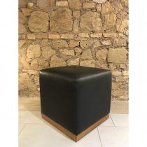 Pouff in legno massello rifinito in pelle nera fiore. Dimensioni: 47 x 47 x 47 cm