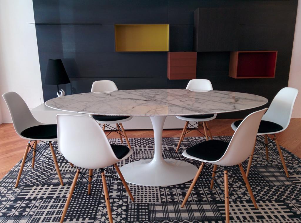Eero Saarinen Tavolo Tulip Tondo Con Piano In Marmo Carrara